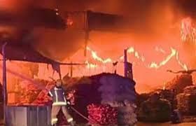 حريق بمتجر لبيع الاواني الكرتونية (السفري) في سوق الخضارة بمنطقة العشار