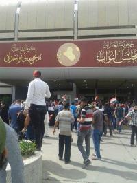 تظاهرات غاضبة بعد اقتحام الساحة الخضراء واعلان حالة الطوارىء في بغداد