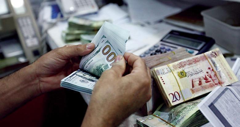 الدولار يسجل ارتفاعا أمام الدينار في سوق العملات المحلية