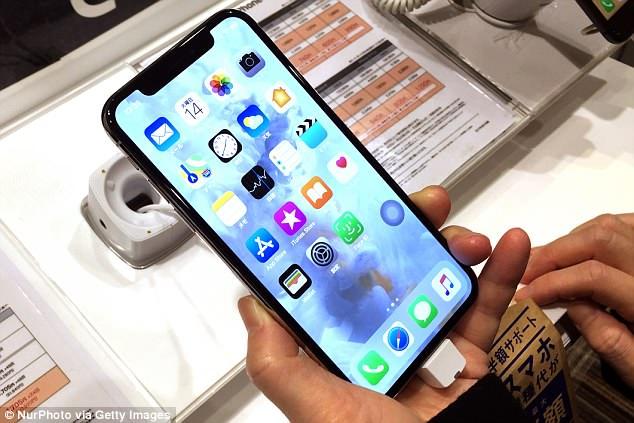 توقعات جديدة بتراجع مبيعات هواتف آيفون ونسخة X تضع أبل فى موقف صعب