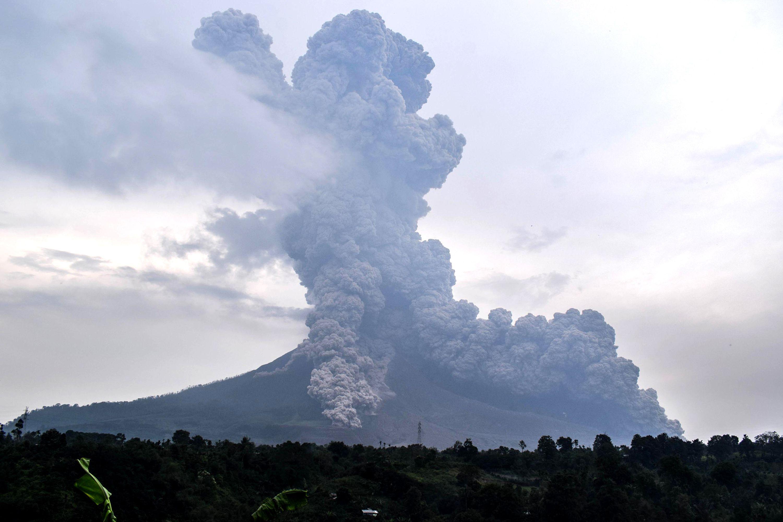 """بركان جبل """"سينابنج"""" يثور مجددا فى إندونيسيا"""