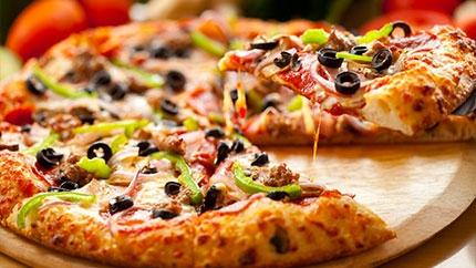 لعشاق البيتزا... تناول البيتزا غير صحى وترفع ضغط الدم والسكر