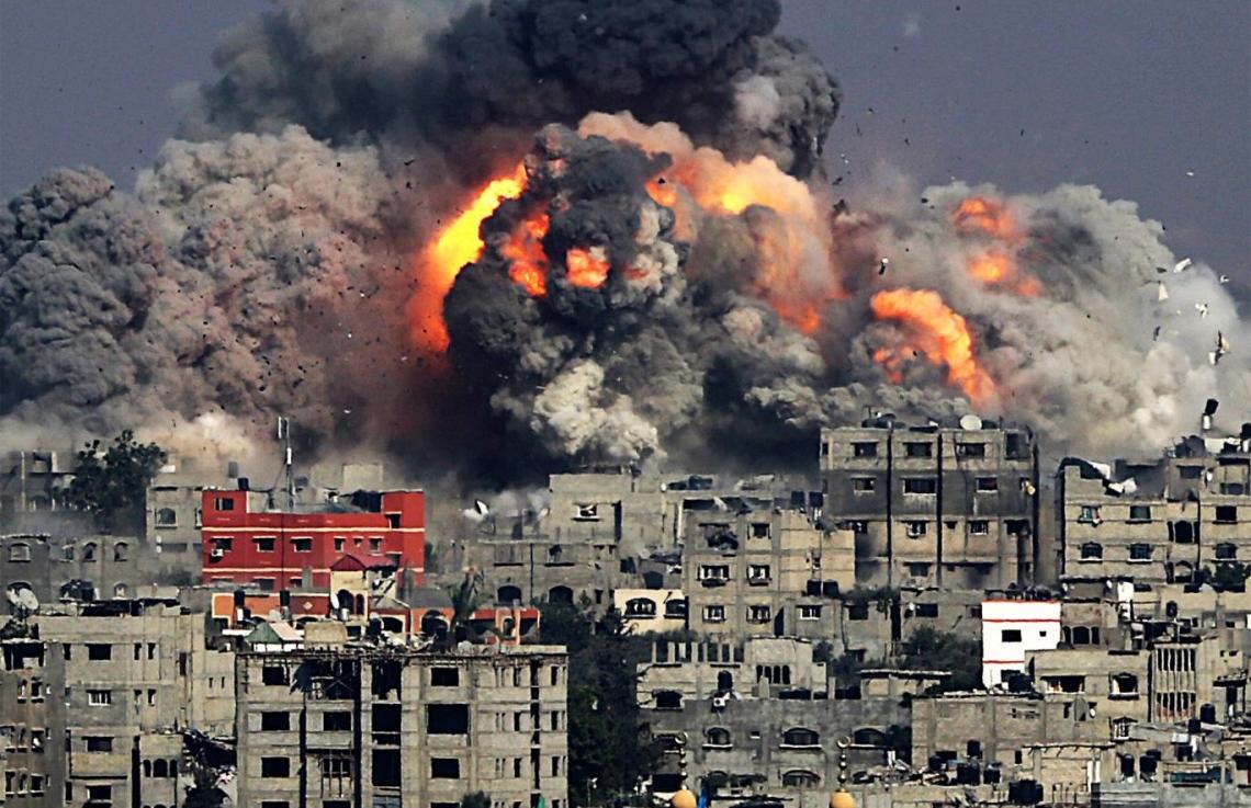 العثور على جثامين شابين فلسطينيين قتلا بالقصف الاسرائيلي جنوب غزة