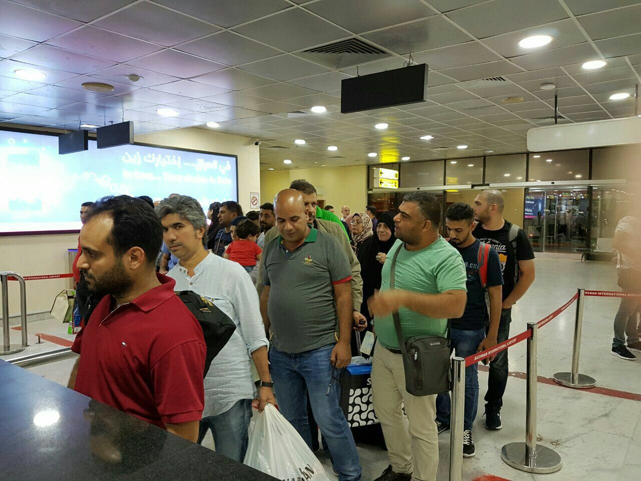"""""""بالصور"""" وصول عدد من العراقيين  العائدين من تركيا عبر الخطوط الجوية العراقية"""
