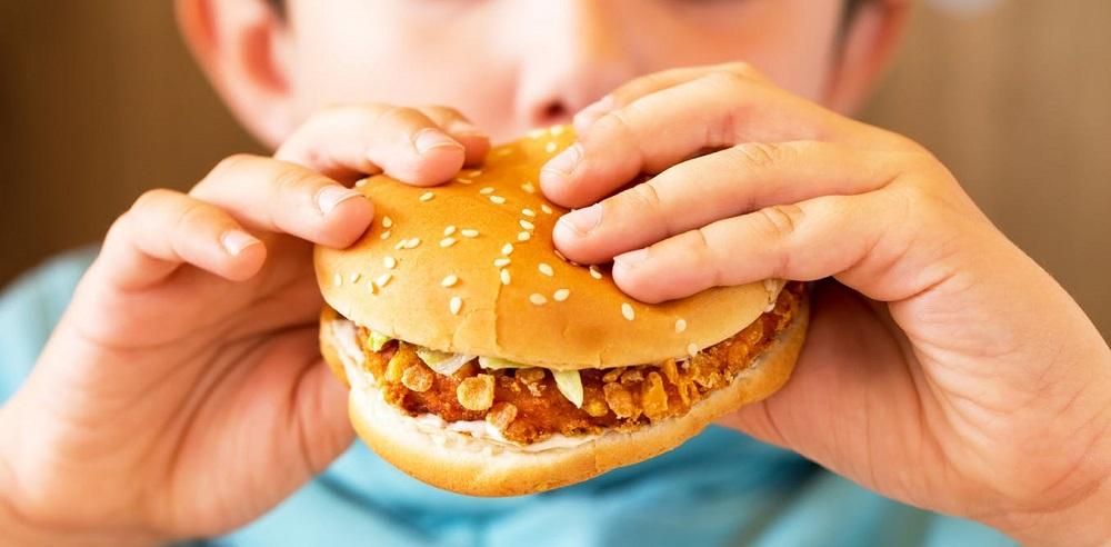 دراسة: مواقع التواصل تجذب الأطفال للطعام غير الصحي