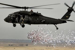 القوة الجوية تلقي منشورات ارشادية لأهالي الموصل والشرقاط