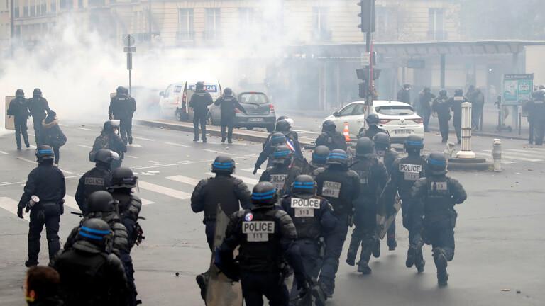 """إطلاق الغاز المسيل للدموع لتفريق متظاهرين """"السترات الصفراء"""" في باريس"""