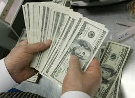 أسعار صرف الدولار تشهد انخفاضا في الأسواق المحلية