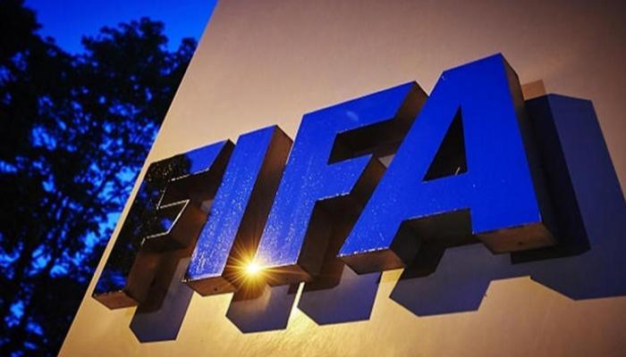 الفيفا يطالب اللاعبين بتقليص رواتبهم