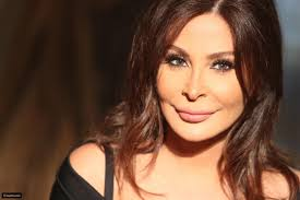 (بالصورة) موقف كلش محرج.. اليسا تنحرج بسبّب تمزق مفاجئ في ملابسها ؟!!!