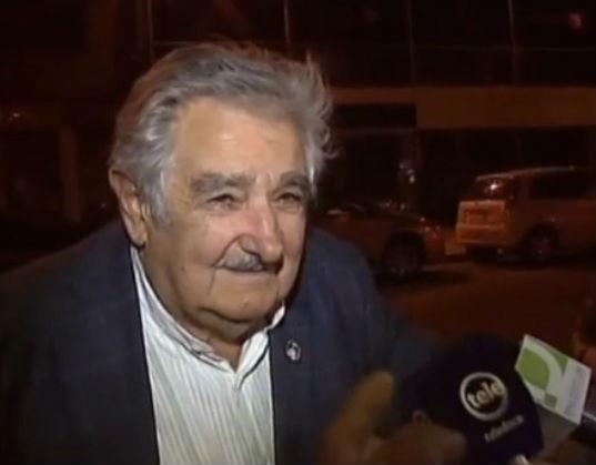شاهد فيديو: ماذا فعل رئيس الأوروغواي عندما طلب منه أحد المشردين نقودا؟