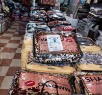 شاهد الصورة.. لجنة المطلك تبيع بطانيات النازحين في الأسواق المحلية!