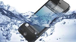 هذا ما عليك فعله في حال سقط هاتفك في المياه ؟؟