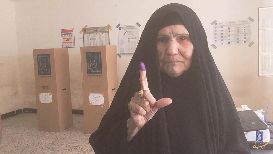 (بالصور) كبار السن يتوجهون الى مراكز الاقتراع للادلاء بأصواتهم في انتخابات 2018